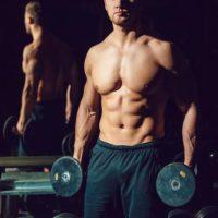 胸板が厚い男性は何故モテる?5つの理由と胸筋トレーニング10選
